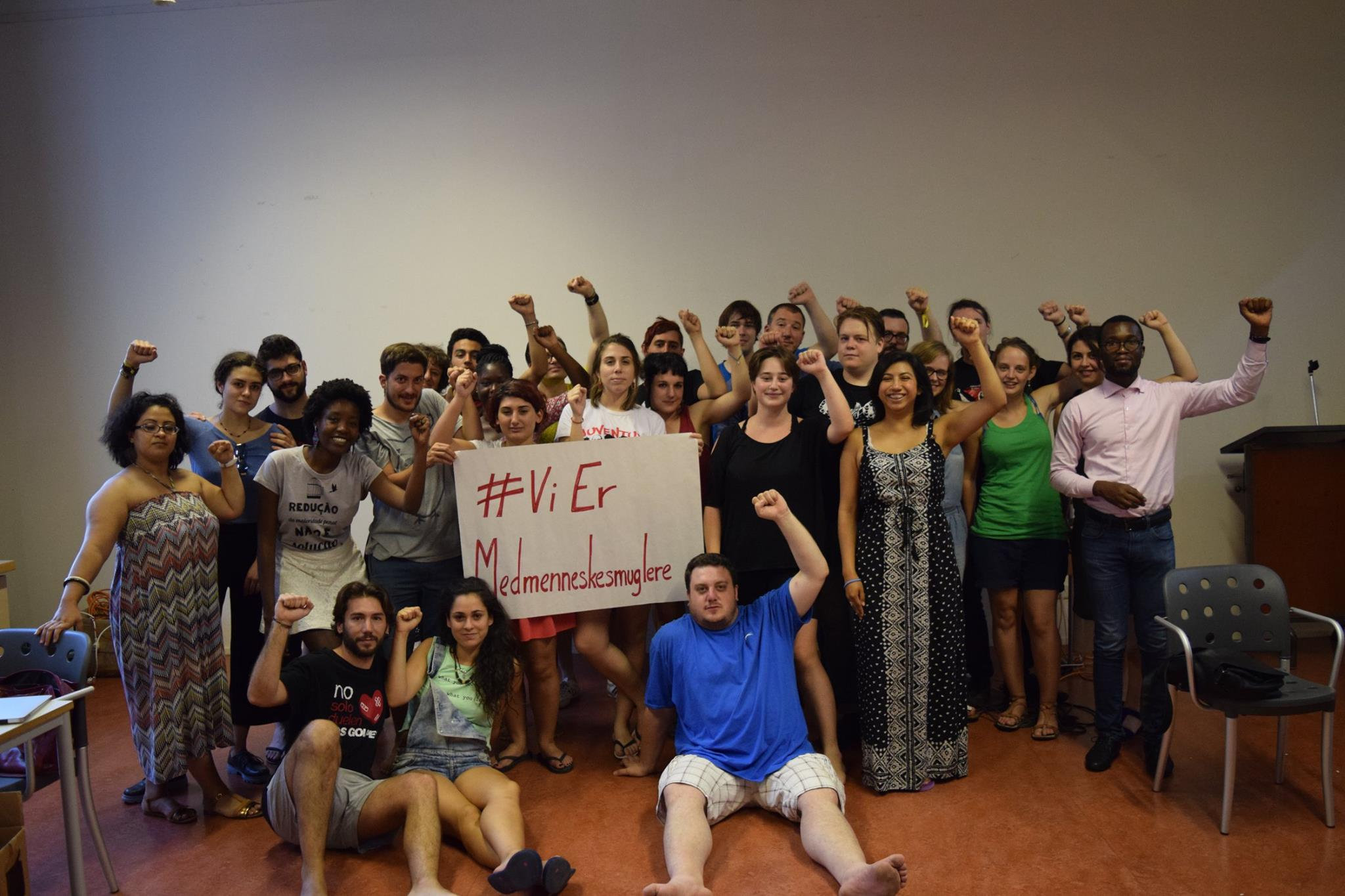 Participants in the Youth School show their support ot Danish refugee-activists